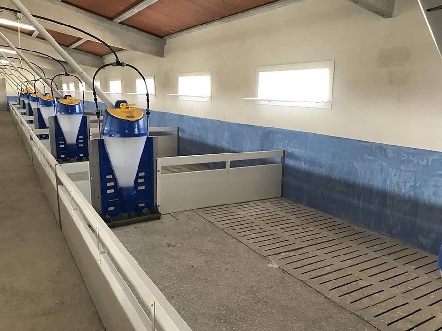 Corral de PVC con tolva intermedia.