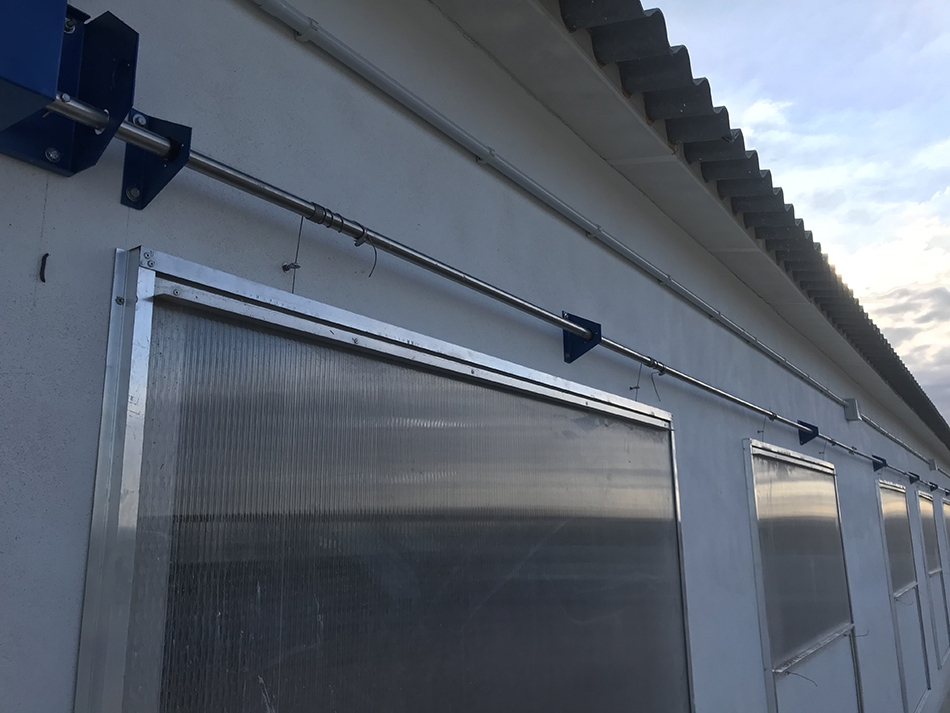 Detalle apertura ventanas de policarbonato.