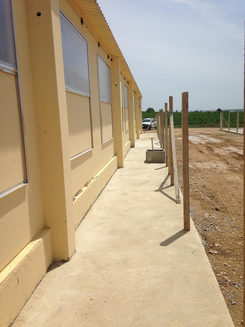 Paredes exteriores, ventanas policarbonato, acera perimetral i valla.