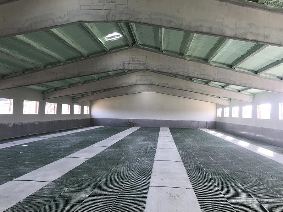 Interior nau amb slats i calefaccions acabades.