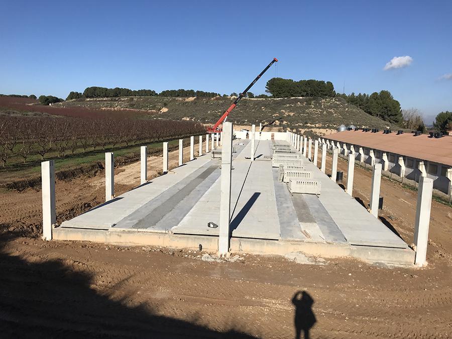 Instal·lació de pilars prefabricats.